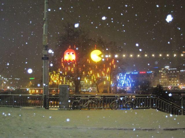 """""""Mai dire basta pillole"""" firmato Quel tossico di Pac-Man (Installazione di Benedetto Bufalino e Benedict Deseille per il Festival degli Alberi e delle Luci a Ginevra, dicembre 2010)"""