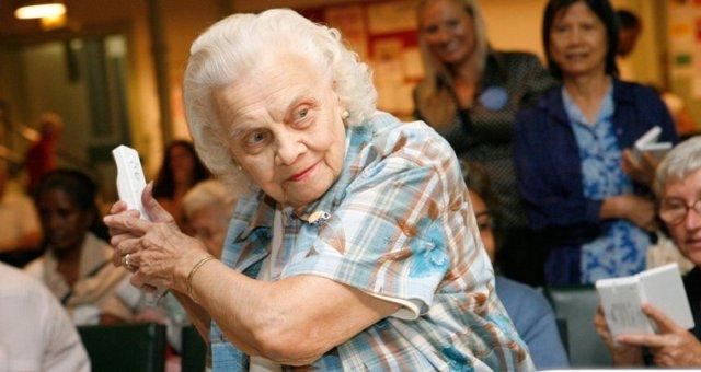 Donna anziana che gioca alla Wii