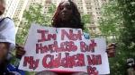 """""""Non sono una senza tetto, ma i miei figli lo saranno"""". Occupy Wall Street, Zuccotti Park, New York (c) Steven Greenstreet"""