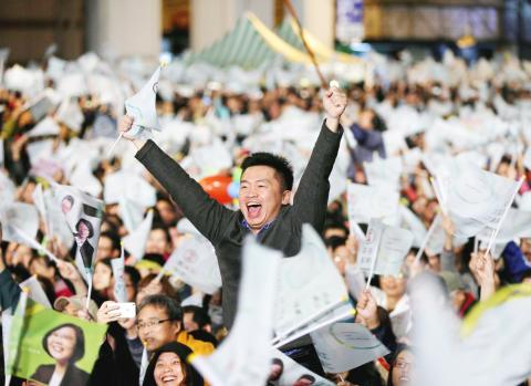 Un sostenitore del Partito Democratico Progressista (DPP) A Democratic Progressive Party supporter cheers while watching the vote-counting process in Taipei yesterday.Jan 17, 2016 Photo: EPA