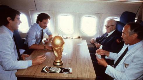 In una foto d'archivio la storica partita a carte sull'aereo di ritorno da Madrid dopo la vittoria dell'Italia ai Mondiali del 1982, da sinistra Dino Zoff, Franco Causio, Sandro Pertini ed Enzo Bearzot. ANSA