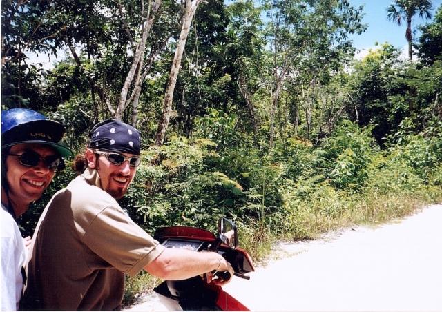Il Diavolo e l'Acqua-Santa, sempre insieme. Diego e mio fratello fanno coppia-fissa in motorino dai tempi del liceo. Un miracolo che siano ancora vivi.