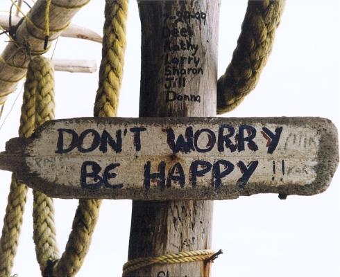 """""""Don't worry, be happy"""" recita questo cartello infisso a un pilastro della """"Time Isle"""" al Mezcalito's"""