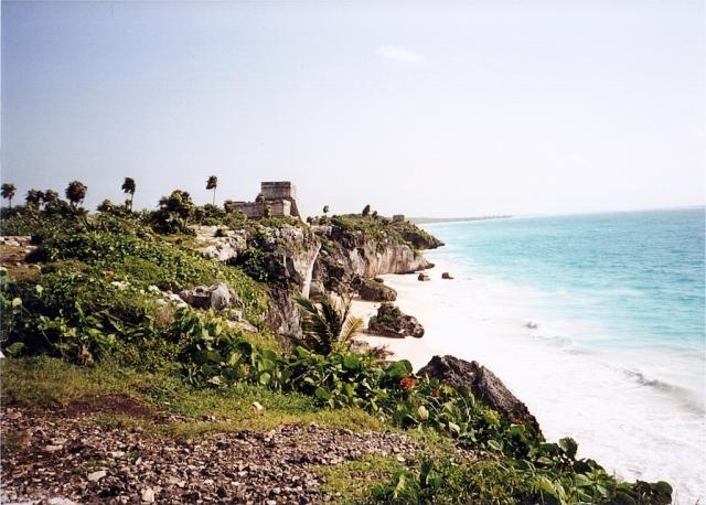 """Tulum - Ruinas. Sullo sfondo, """"El Castillo"""" domina la scogliera"""