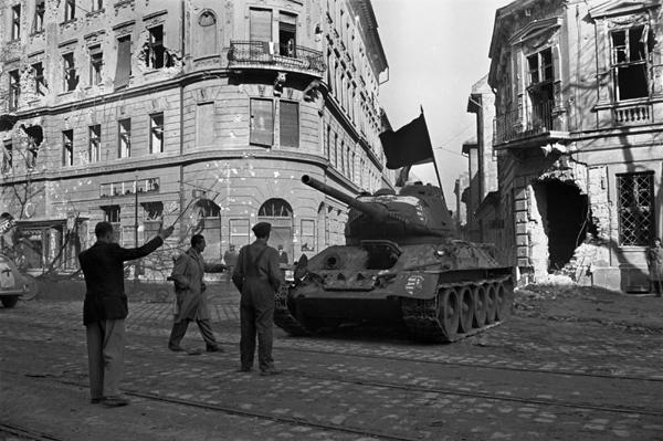Budapest 1956 - Uomini disarmati davanti a un tank. Scena vista e rivista...
