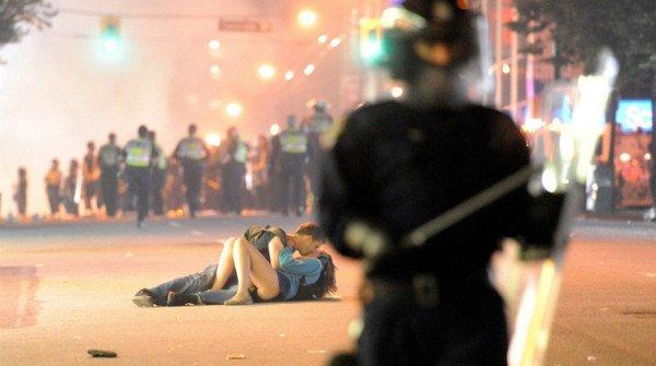 "Vancouver Riot Kiss"" di Richard Lam"