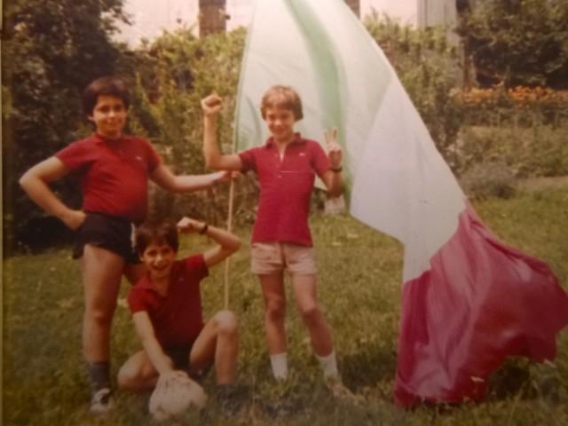 Paolo accosciato, a sinistra il fratello, a destra il cugino. Forza Azzurri!