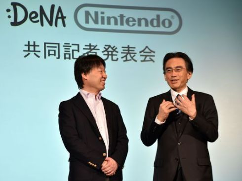 Japan's video game giant Nintendo president Satoru Iwata speaks as Japanese online game operator DeNA president Isao Moriyasu, left, looks on at a press conference in Tokyo on March 17, 2015. (Foto: Yoshikazu Tsuno / Getty Images)
