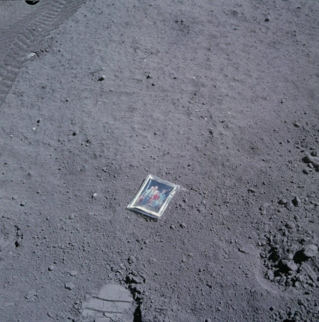 Ritratto di famiglia sulla Luna