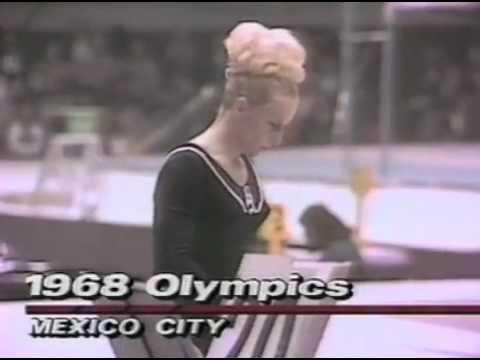 Věra Čáslavská alla cerimonia di premiazione Olimpiadi Messico 1968