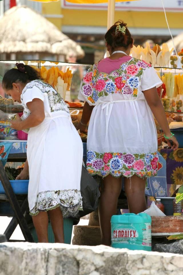 Nell'huipil indossato dalle donne in Quintana Roo prevale il bianco con un motivo decorativo molto ricercato di fiori molto vistosi. Lo huipil è specifico per ogni comunità indigena.