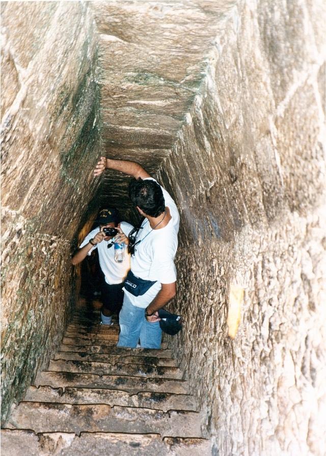 L'interno della Piramide. Rende l'idea di quanto sia stretto e basso. Più buio di quanto appare.