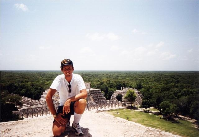 E anche la cima del Tempio di Kukulkan è stato conquistato! In foto, Lucio non è in posa, ma è rimasto bloccato nella posizione genuflessa...