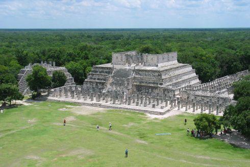 Alla base del Tempio dei Guerrieri, il Gruppo delle Mille colonne (foto da Wikipedia)