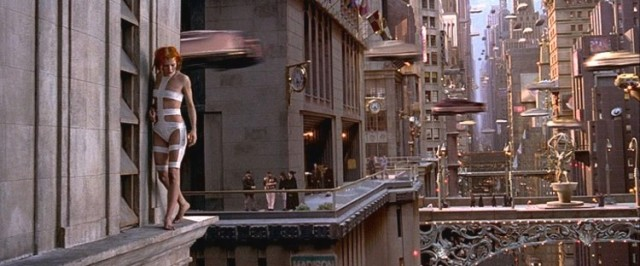 """Una scena del """"Quinto Elemento"""" di Luc Besson. Sulla sinistra, la protagonista femminile Leeloo, interpretata da una mervigliosa Milla Jovovich."""