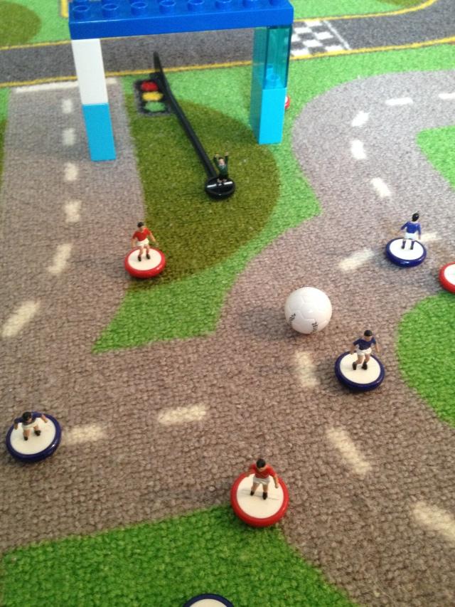 Il blu entra in area piccola palla al piede, il difensore rosso gli si fa incontro, il portiere esce dai pali