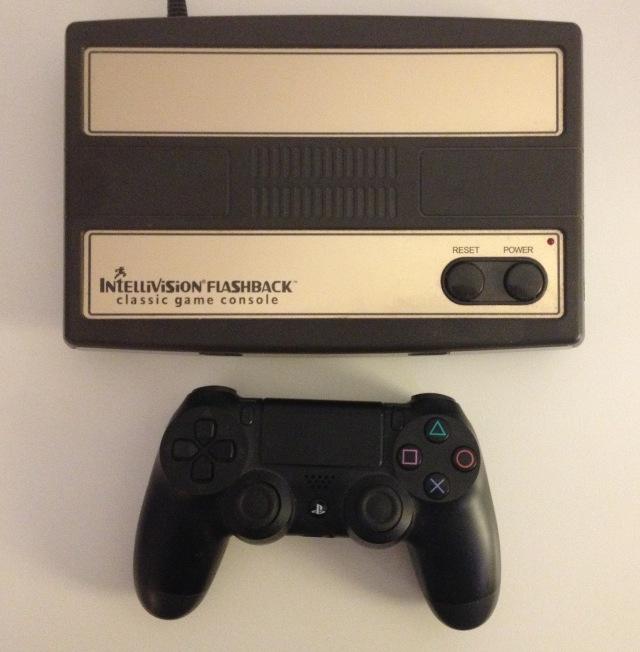 L'Intellivision Flashback è poco più grande ed è più leggero di un joypad per PlayStation 4