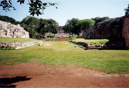 Il campo della pelota a Uxmal rispetto a quello di Chichen Itza sembra un campo dell'Oratorio