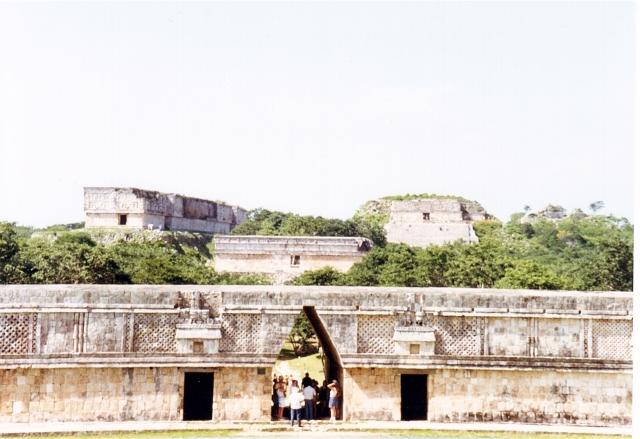 Scorcio del Palazzo del Governatore da lontano. Anche Uxmal in quanto a dimensioni delle strutture non scherza [Foto di RedBavon]