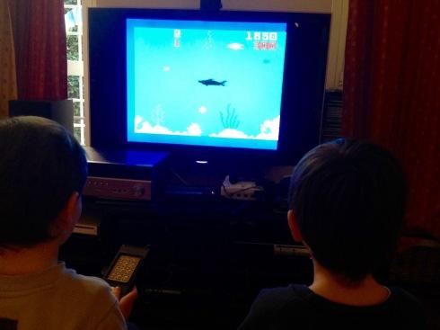 I miei figli di 5 anni giocano a Shark!Shark! Non siamo mio fratello ed io...O forse un po' sì