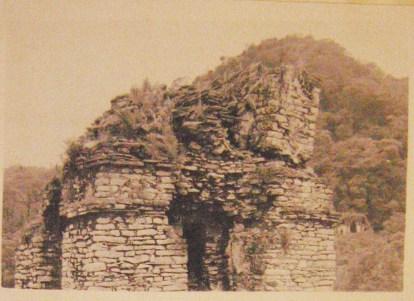 Fotografie degli scavi del 1953, durante il quale fu ricostruita la torre del Palacio (Ruz, 1958: 75)